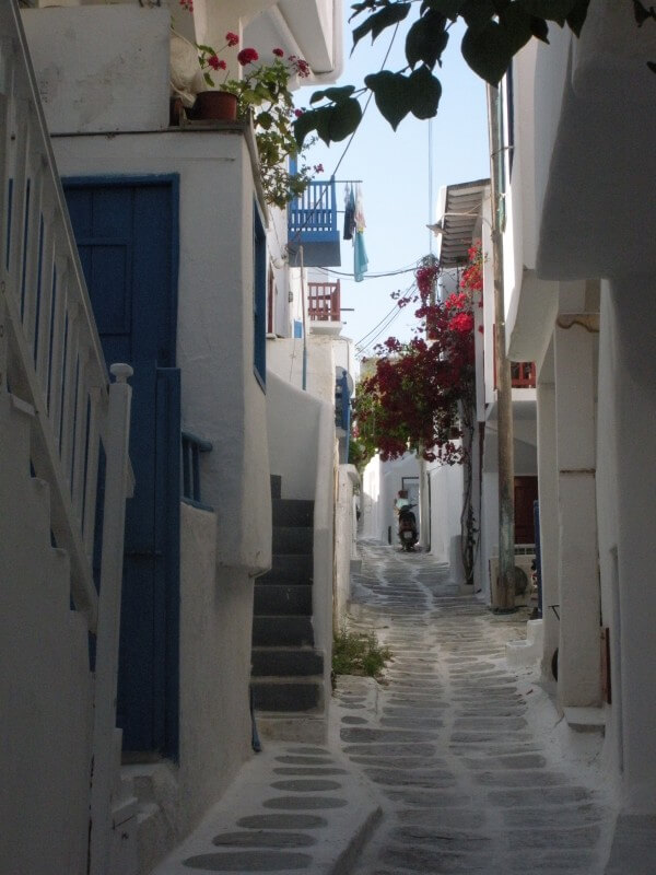 Cobblestoned alleyway in Mykonos Town - One day in Mykonons