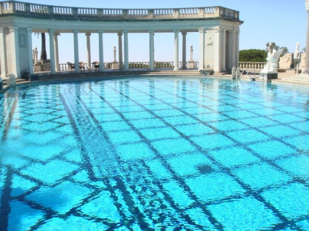 The pristine, Roman-esque outdoor Hearst Castle pool.
