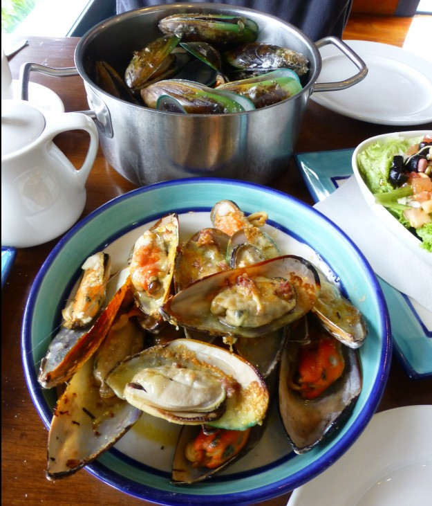 The Mussel Pot New Zealand Eating Green Lipped Mussels
