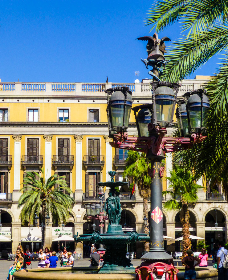 Find some romance in a vibrant Barcelona square.