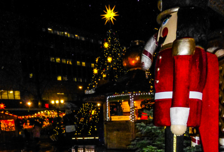 Vancouver Christmas Market: Luckily rain doesn't block Christmas lights.