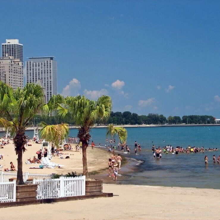 Oak Street Beach in Chicago: a tropical feeling paradise in the middle of the Midwest city.