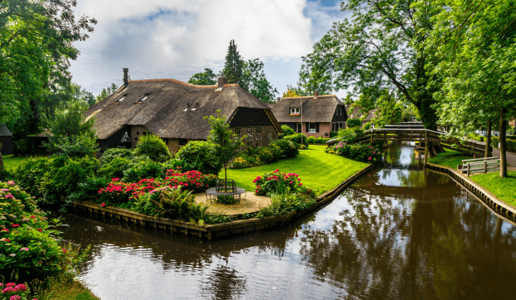 Beautiful homes and canals like these ones make a day trip to Giethoorn worth the journey from Amsterdam.